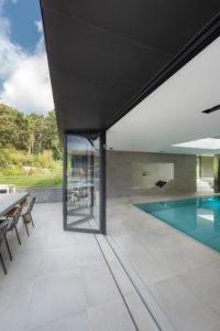 Read more about the article Wassertempel – versteckt unterm Grün – Pool-Häußchenverglasung