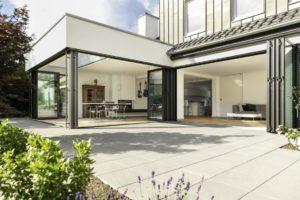 Read more about the article Leben mit Cabrio-Effekt | Altes Wohnhaus glänzt mit mediterranem Panorama