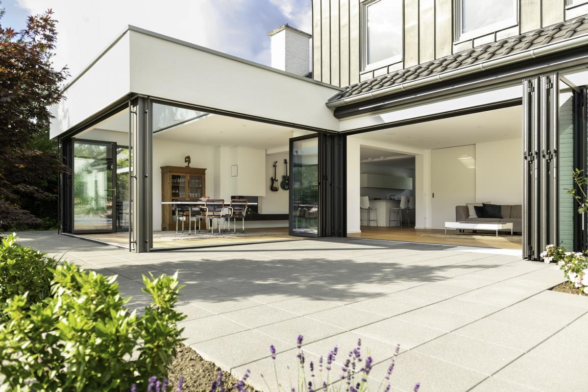 Read more about the article Leben mit Cabrio-Effekt   Altes Wohnhaus glänzt mit mediterranem Panorama